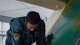 官兵正在为缓冲支柱充气。摄影:胡其武 龚凯旋 李太阳