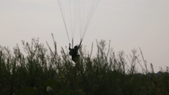 """【第一军视】特战队员千米高空伞降 大型运输机上演""""天女散花"""""""