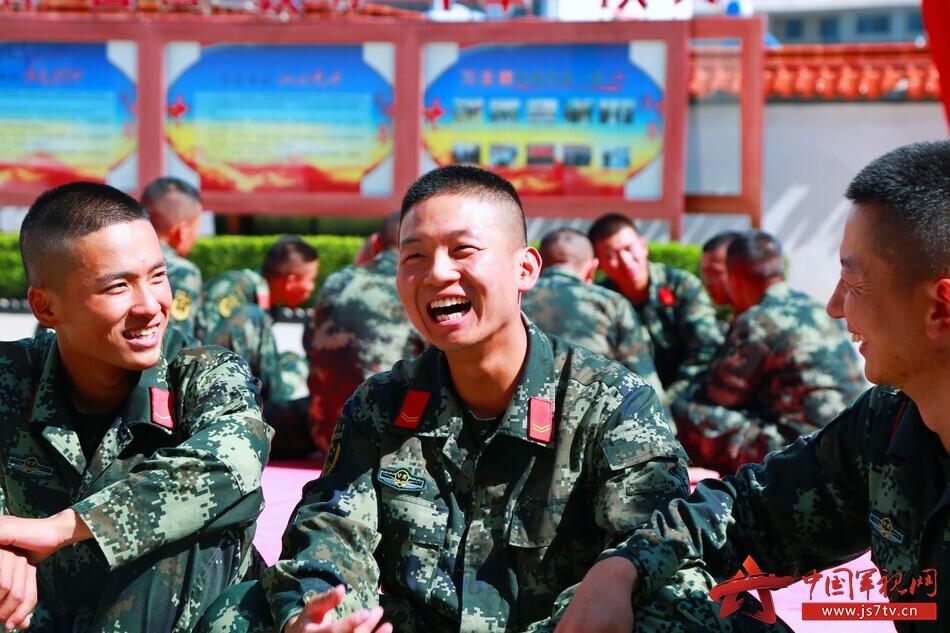 图5:官兵围坐在一起分享参与活动的感受。王治国 摄