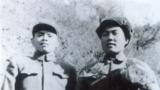 朝鮮戰場上,父親(左)與志愿軍英雄在一起。