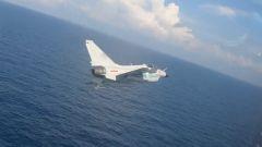 """【第一军视】酷!海军新飞行员紧贴海面完成超低空""""单飞"""""""