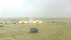 【第一军视】顶风冒雨硬核演练 看火炮雨中怒吼