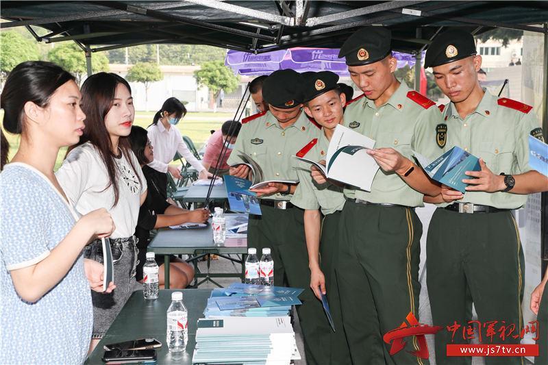 1、2020年8月29日,武警广西总队机动支队拟退役士兵在浏览地方企业资料。