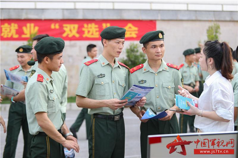2、2020年8月29日,武警广西总队机动支队拟退役士兵向工作人员了解企业概况。