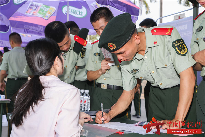 3、2020年8月29日,武警广西总队机动支队拟退役士兵填写地方企业就业意向书。