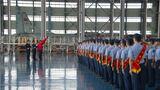 退役士兵向军旗宣誓并目送军旗