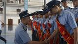 团领导与退役士兵握手告别