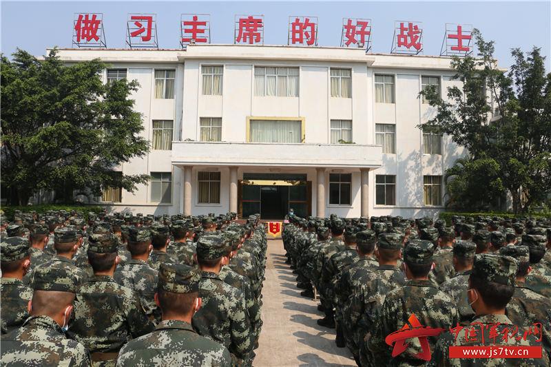 2.每月组织条令知识竞赛并颁发流动红旗(牛建春摄)