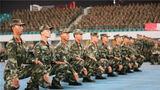 单个军人队列动作蹲下与起立