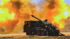 【直击演训场 探秘新式武器装备】 跨区作战 新型车载加榴炮亮相西北戈壁