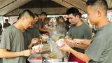 """9月2日,在退伍老兵即将离队之际,火箭军某部举办了一场""""军营美食节""""活动,并邀请部分军属共同参与,为老兵们留下最美好的回忆,送上最真挚的祝福。"""