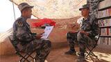 一名战士为战友画肖像