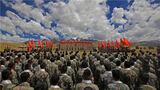 苍茫高原,战旗招展。9月2日下午,西藏军区某合成旅在海拔4700米的演训场举行2020年度秋季军人退役仪式,全体官兵身着战斗着装整齐列阵,退役士兵佩戴大红花站在队伍前列,仪式在庄严的国歌声中拉开帷幕。