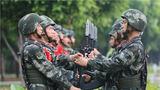 退伍老兵与留队战士交接枪