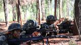 """连日来,武警第二机动总队某支队500余名官兵进驻深山丛林,展开为期2个月的野外驻训,该支队常态化开展实战化综合演练,全面锤炼官兵的野外生存、应急机动和协同作战能力,磨砺他们英勇顽强的战斗作风。图为战斗小组分析研判""""敌情""""。"""