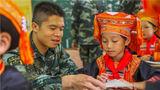 武警官兵为同学辅导作业