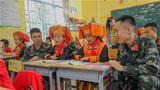 武警官兵和同学共读课文