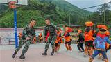 武警官兵和同学们共玩游戏