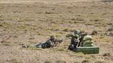 官兵操作某新型单兵火箭筒对目标实施打击
