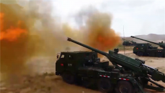 西北大漠 新型车载加榴炮火力全开