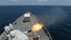 海军第35批护航编队组织实际使用武器射击训练