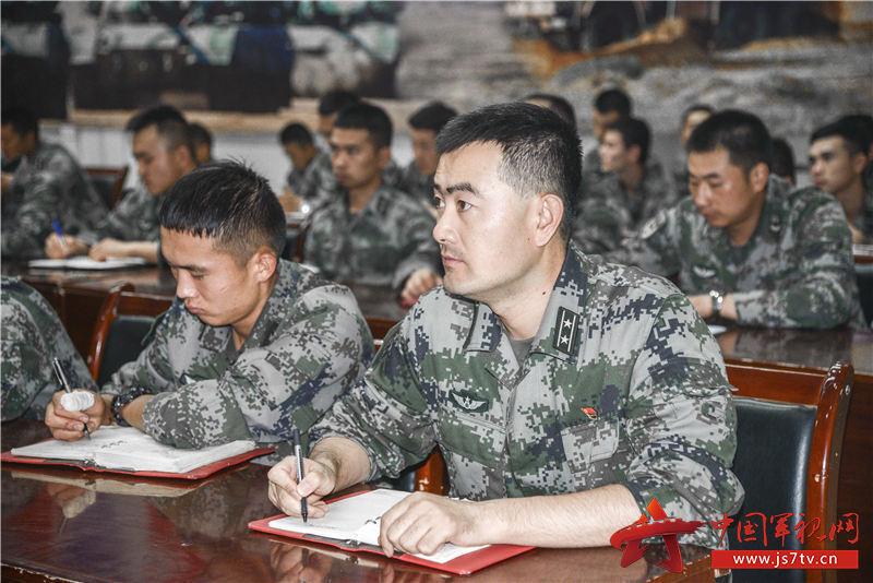 9月11日陸軍理論服務走基層專家組到76集團軍某合成旅進行理論宣講,官兵認真聽講(朱斌攝)