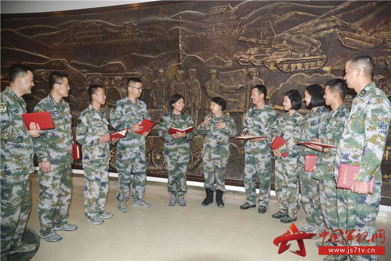 9月11日陸軍理論服務走基層專家組到76集團軍某合成旅進行理論宣講,俞紅教授和官兵進行交流(朱斌攝)