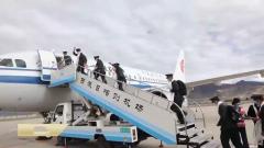 西藏军区退伍老兵乘包机出藏