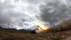 【直擊演訓場·沙場秋點兵】海拔4700米 遠程火箭炮跨晝夜極限射擊