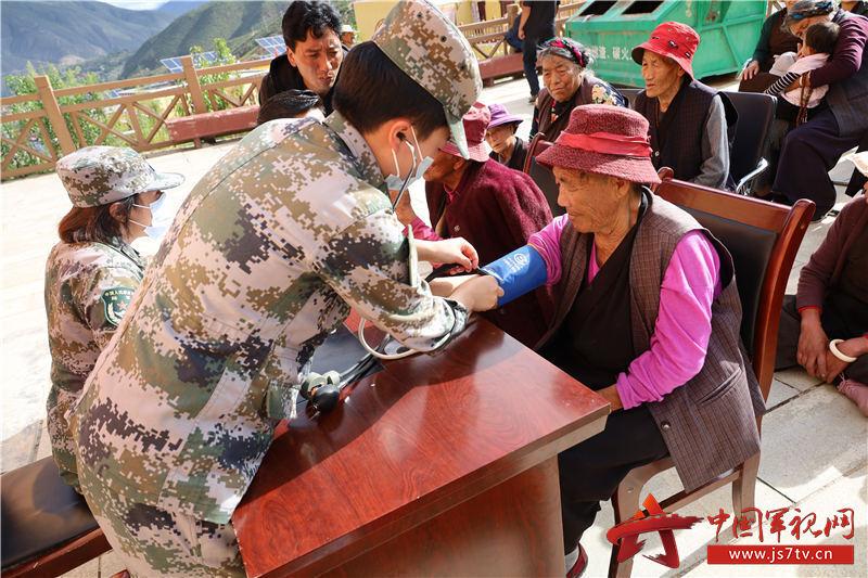 為藏族同胞檢查身體