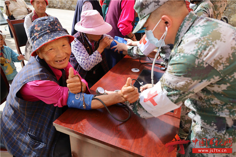藏族阿婆為子弟兵點贊