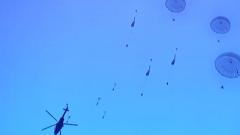 【直击演训场 走进高原演训场】  高海拔低空携装伞降 直面技能和心理双重考验