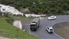 川藏線上行車難 汽車女兵挑戰通過連續回頭彎