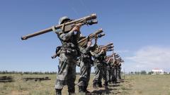 """300米負重跑 18公斤""""重器""""扛在肩!看導彈女兵的據筒訓練"""