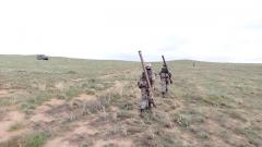道路受阻負重奔襲 導彈女兵能否成功攔截無人機?