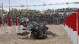 """为进一步规范组训方法,全面提升骨干带兵素质,强化部队持续作战能力。连日来,新疆军区某部组织教练员对重难点科目进行集训。此次集训结合新《军事训练大纲》,以规范教学方法为目的,通过""""学、练、讲、评""""的方式,锤炼带兵人的综合素质。图为爬战术示范"""