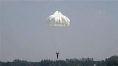【直擊演訓場 沙場秋點兵】千米高空 特戰隊員攜裝傘降敵后破襲