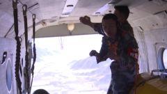 千米高空縱身一躍 首次跳傘的老兵竟在空中做了這樣一個動作