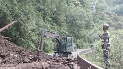 西藏:武警官兵紧急抢通318国道多处泥石流损毁路段