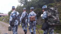 穿密林 爬悬崖 新兵第一次深山巡线就肩负开路重任