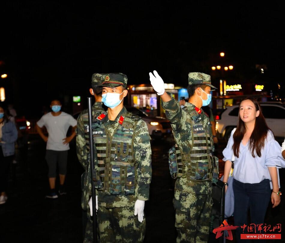 圖為武警官兵為游客解答問題2。馬亮志攝