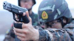 """特战女兵射击场上一枪毙""""敌"""",她的父亲却在一边抹起了眼泪……"""