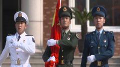 来看!在远离祖国大陆的岛屿上,陆海空三军官兵共同升起国旗