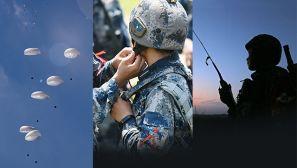 """【军视界】跨地域 锻""""利刃"""" 空降兵学员全副武装集群伞降场面壮观"""