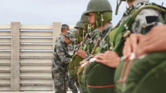 【直击演训场】青藏高原 特战队员进行高原伞降训练