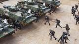 """?在我軍,有這樣一款新型戰場利器,雖是輪式裝備,卻有著與主戰坦克匹敵的猛烈火力,作為我軍""""以快制勝""""的突擊利刃,不僅可以以尖刀一般插入敵人的""""心臟"""",還能在陸上、水上進行全域打擊,今天,我們就共同前往陸軍第75集團軍某旅的演訓場,直擊巷戰演練,看輪式坦克的精彩表現。圖為迅速登車"""