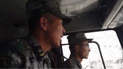 高原天路暗藏危險 老兵手把手傳授新兵平安駕駛新藏線的秘訣