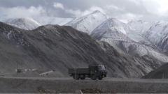 一天經歷四季 汽車兵挑戰翻越海拔超過5000米的黑卡達坂