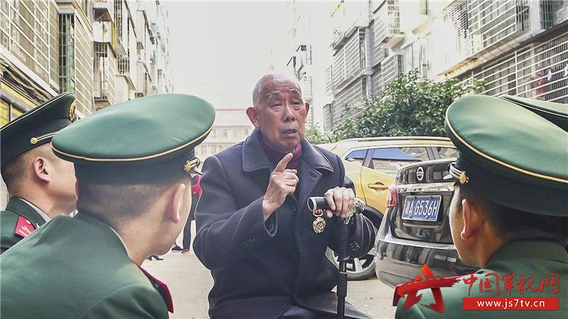 官兵認真聆聽鄧化民老兵講述抗美援朝戰爭故事。