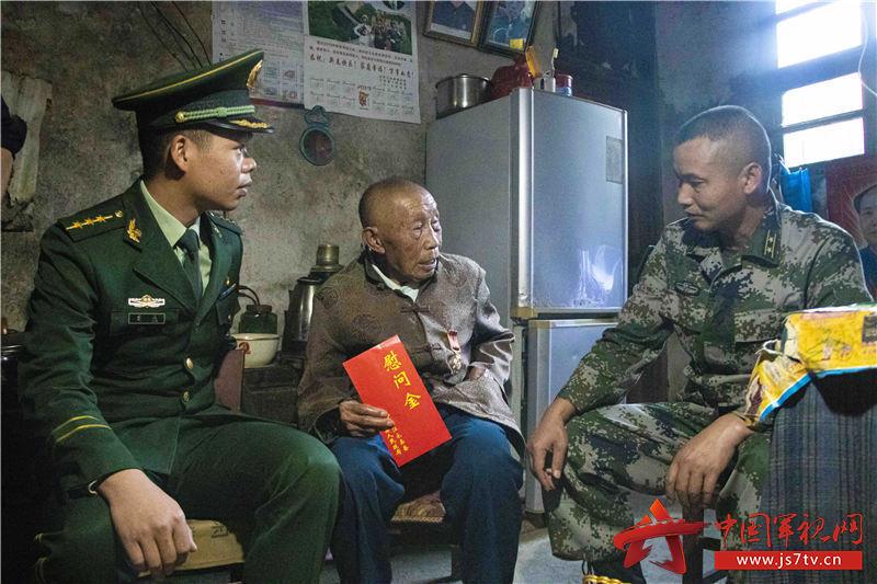 官兵詢問楊詳茍老兵身體狀況和生活情況。